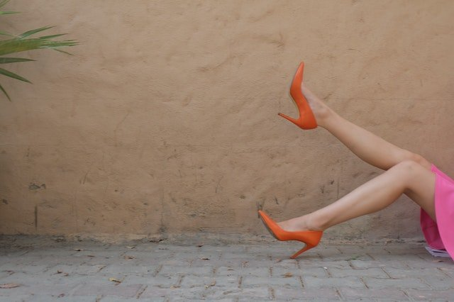 Ženské nohy vo vysokých podpätkoch.jpg