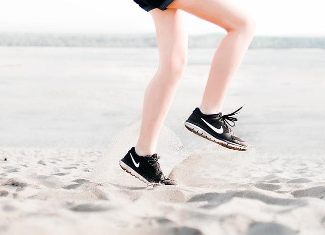 Osoba, ktorá skáče na pláži.jpg