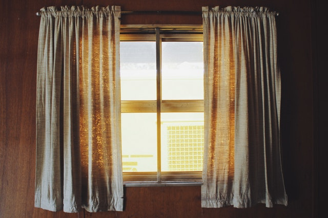 Okno so závesmi.jpg