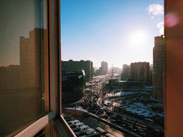 Pohľad na ulicu cez otvorené okno.jpg