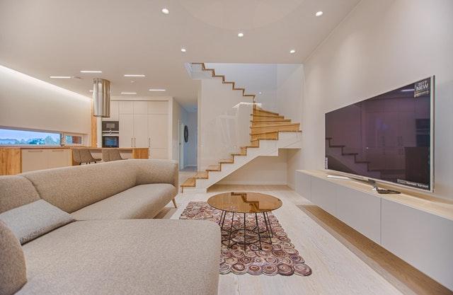 Štýlový moderný interiér, schody, TV, posteľ, kuchynská linka