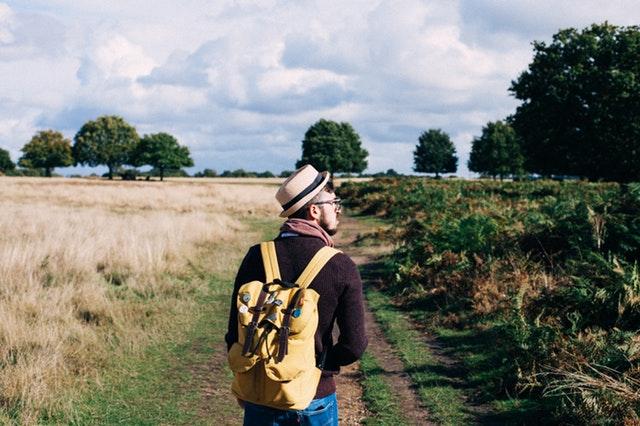 Muž s ruksakom na prechádzke v prírode.jpg