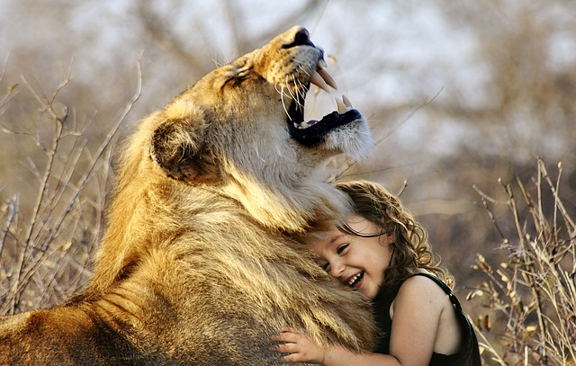 dievčatko objímajúce leva.jpg