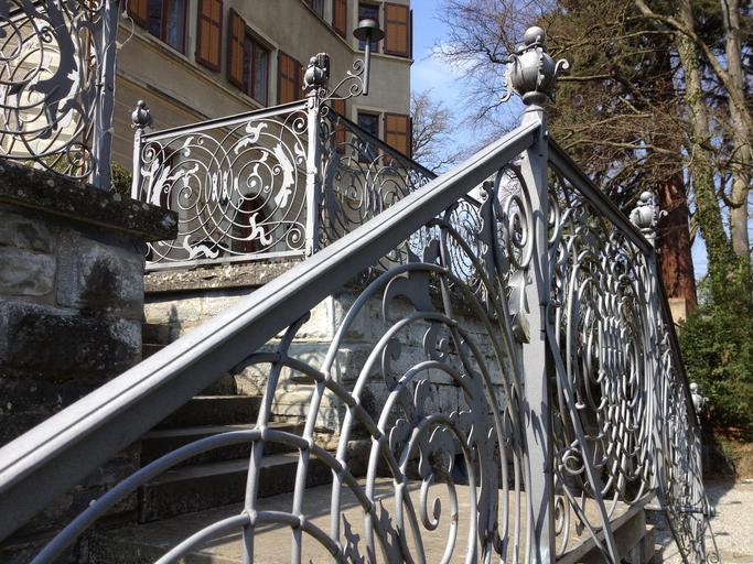 Kovové zábradlie na exteriérových schodoch.jpg