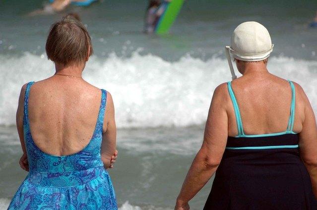 Dve tučné ženy na pláži v plavkách