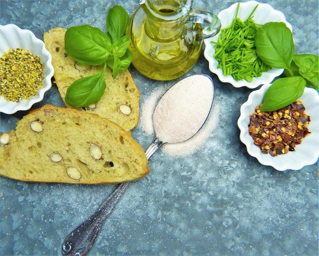Tekvicový chlieb, semená bazalka a olivový olej v miske.jpg
