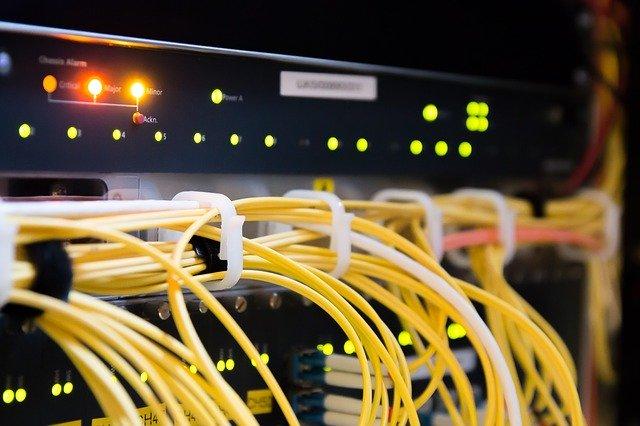Elektronické zariadenie so svetielkami a žltými káblami