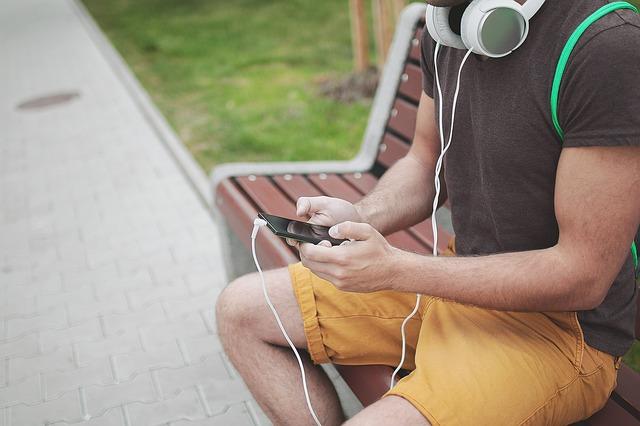 Mladý človek s mobilom a slúchadlami, štýlový imidž.jpg