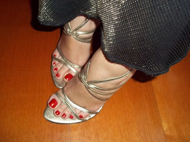 Ženské nohy, nalakované nechty.jpg