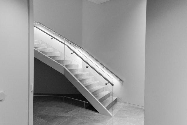Moderné schody so zábradlím zo skla a kovu, nasvietené svetlami.jpg