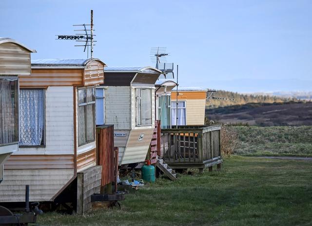 Tri mobilné domy na lúke vedľa seba.jpg
