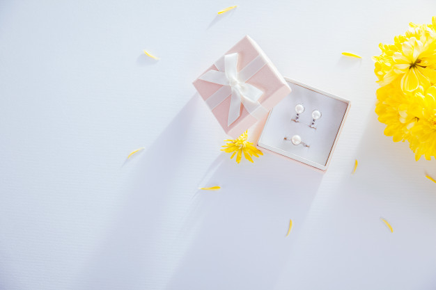 set-pearl-jewellery-gift-box-with-flowers_106029-76